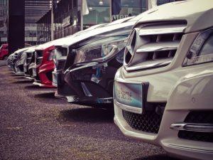carros enfileirados em lojas